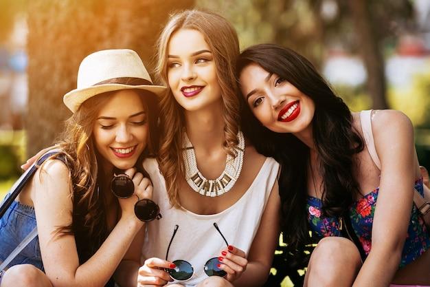 Lachende meisjes in het park bij zonsondergang