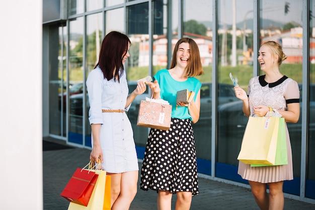 Lachende meisjes met aankopen