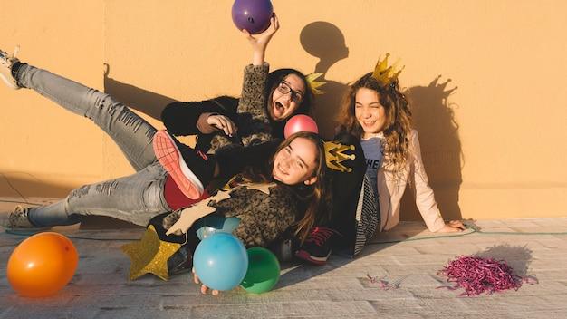 Lachende meisjes met ballonnen