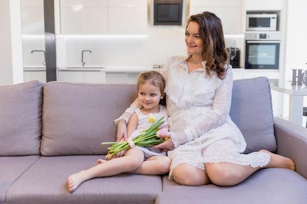 Lachende moeder en dochter tijd samen doorbrengen thuis