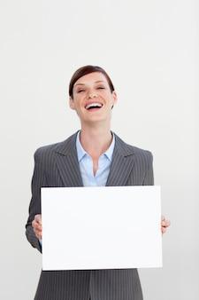Lachende onderneemster die witte kaart houdt