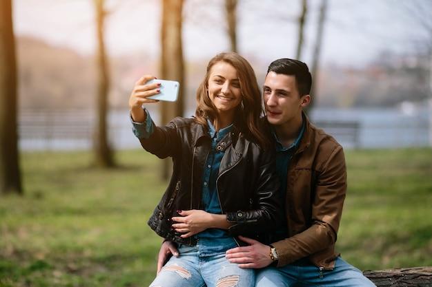Lachende paar nemen van een foto in openlucht