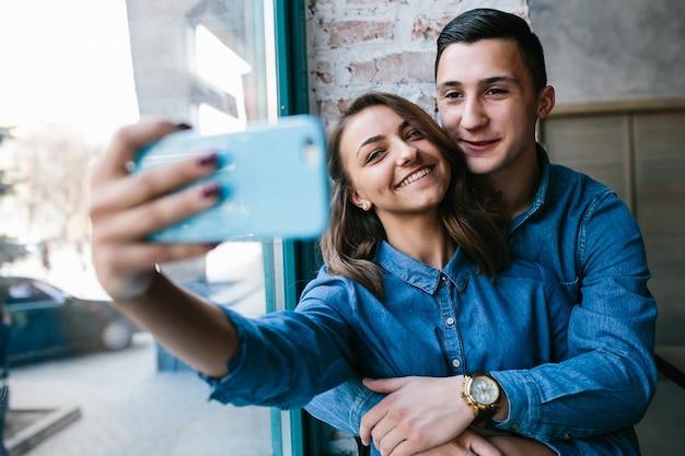Lachende paar nemen van een foto