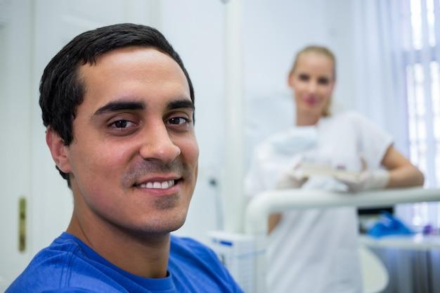 Lachende patiënt bij kliniek