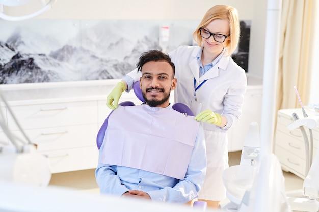 Lachende patiënt op tandheelkundige kamer
