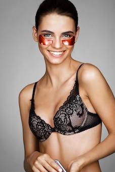 Lachende prachtige vrouw met rode ooglapjes