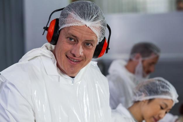 Lachende slager in beschermende koptelefoon