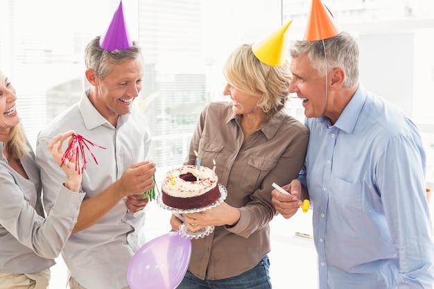 Lachende toevallige bedrijfsmensen die verjaardag vieren