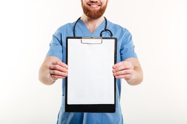Lachende vriendelijke arts of verpleegkundige met stethoscoop