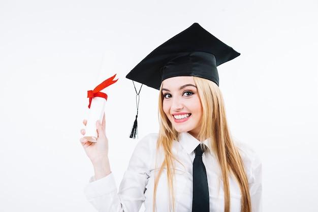 Lachende vrouw die gediplomeerd certificaat toont