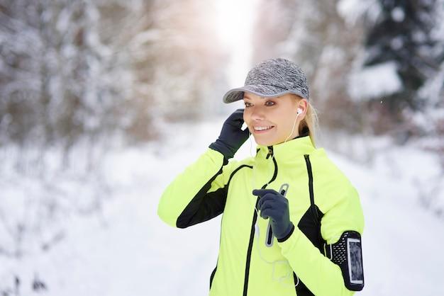 Lachende vrouw die het beste nummer kiest om te hardlopen