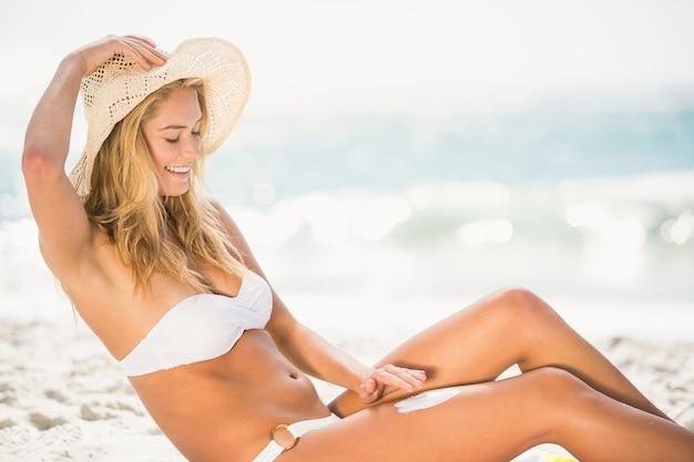 Lachende vrouw die zich voordeed op het strand