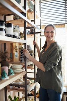 Lachende vrouw door plank met keramiek