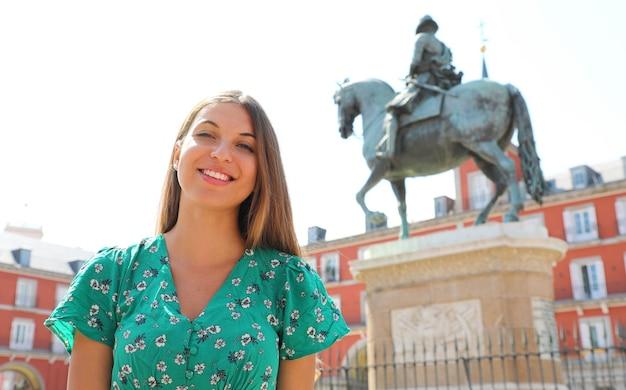 Lachende vrouw in plaza mayor square, madrid, spanje