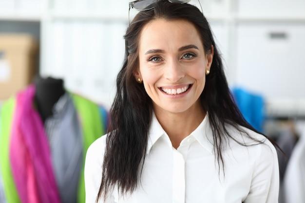 Lachende vrouw in winkel