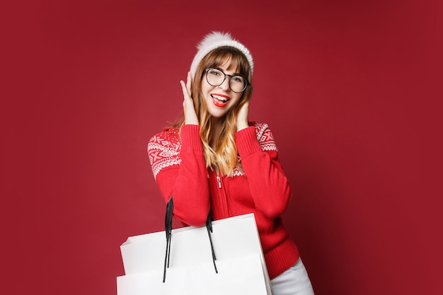 Lachende vrouw in winter outfit poseren