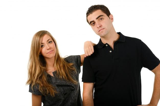 Lachende vrouw met de hand op de schouder van haar vriendje