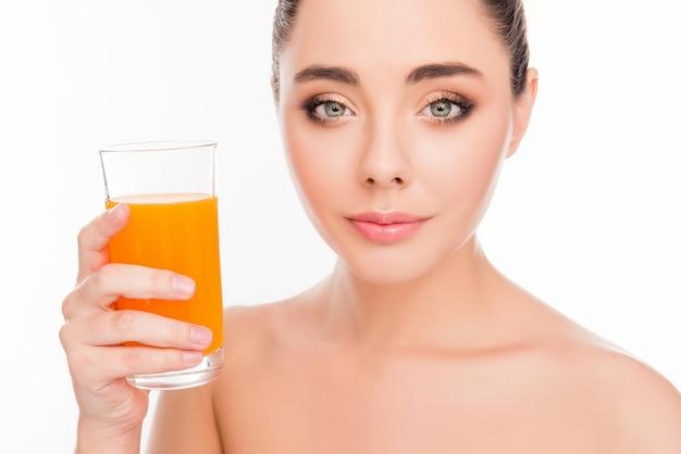 Lachende vrouw met een glas sinaasappelsap