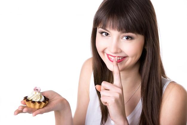 Lachende vrouw met een taart