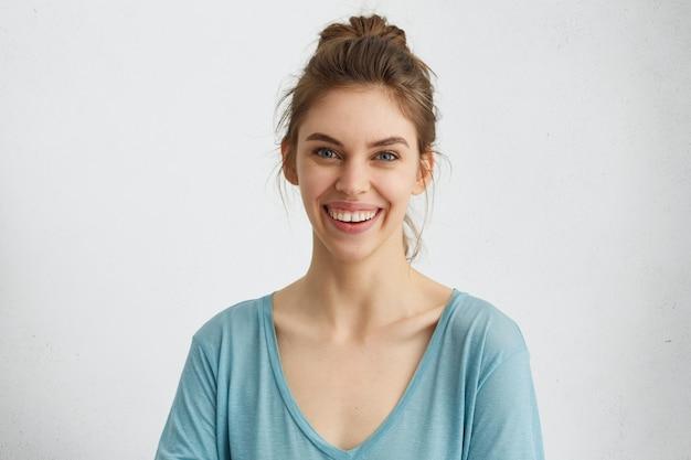 Lachende vrouw met goed humeur graag poseren op camera