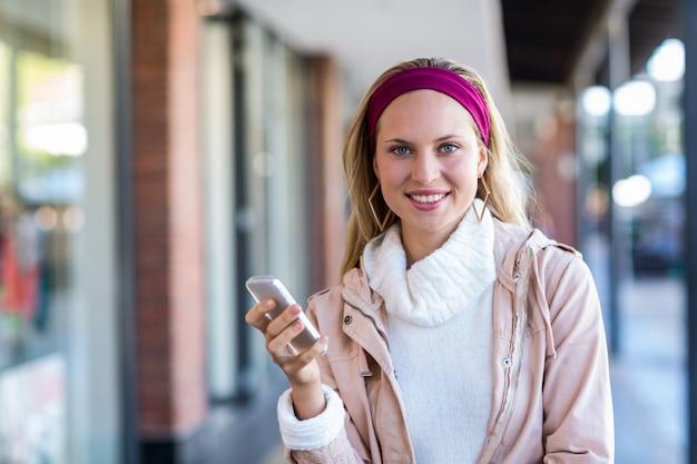 Lachende vrouw met smartphone