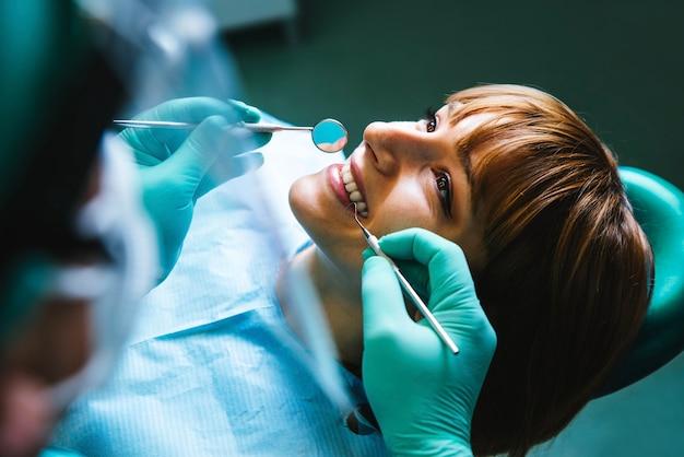 Lachende vrouw mond onder behandeling bij tandheelkundige kliniek