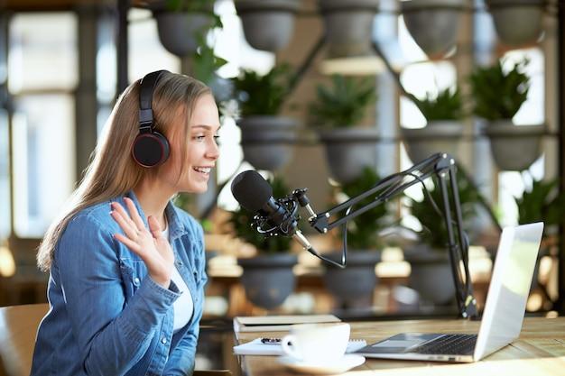 Lachende vrouw online praten met volgelingen of vrienden