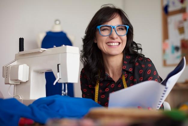 Lachende vrouw op haar werk