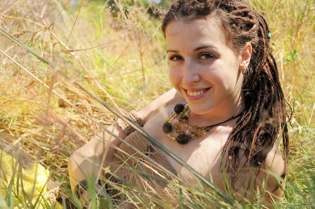 Lachende vrouw portret, meisje buiten in herfst zonnig park, natuurlijke levensstijl concept liggen