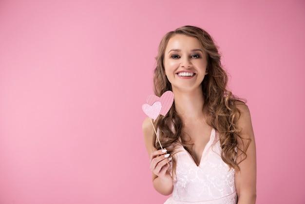 Lachende vrouw poseren met hartjes