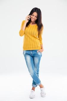 Lachende vrouw praten over de telefoon
