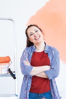 Lachende vrouw schilderij binnenmuur van huis