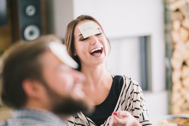Lachende vrouw speelspel met vrienden