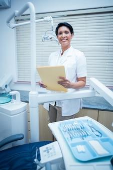 Lachende vrouw tandarts rapporten lezen