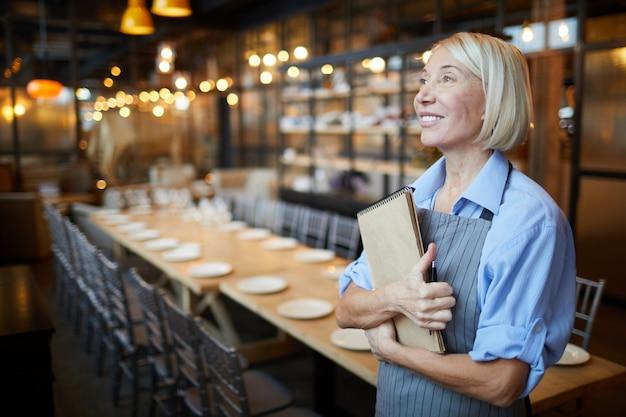 Lachende vrouwelijke manager in cafe