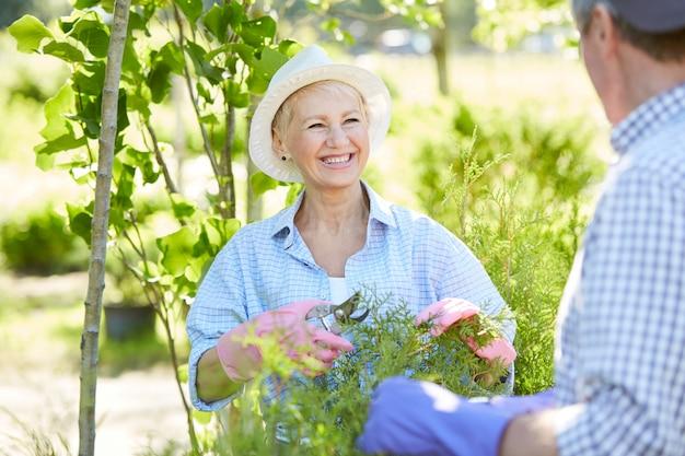 Lachende vrouwelijke tuinman