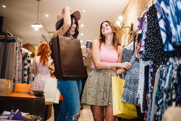 Lachende vrouwen kleren kiezen