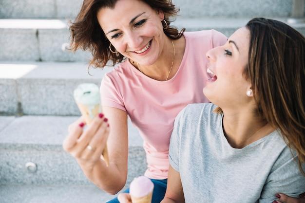 Lachende vrouwen met ijs