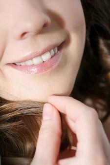 Lachende vrouwenglimlach met grote tanden.