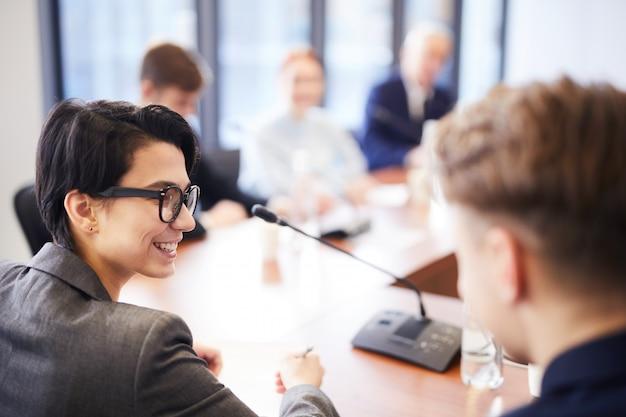 Lachende werknemers in zakelijke bijeenkomst
