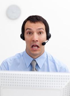Lachende zakenman met hoofdtelefoon