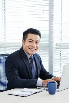 Lachende zakenman poseren voor fotografie