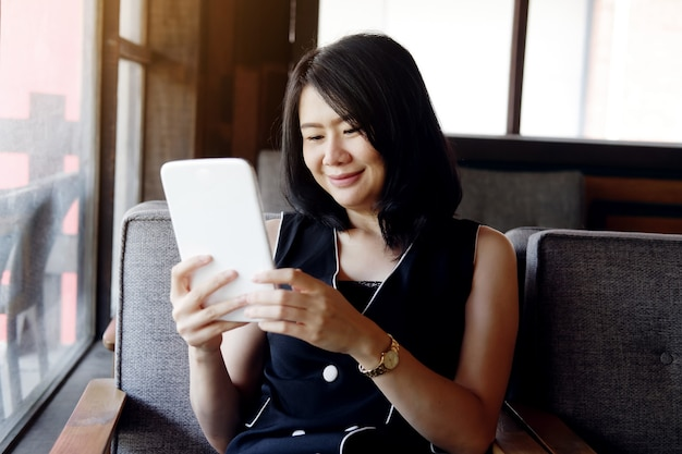 Lachende zakenvrouw houdt tablet vast