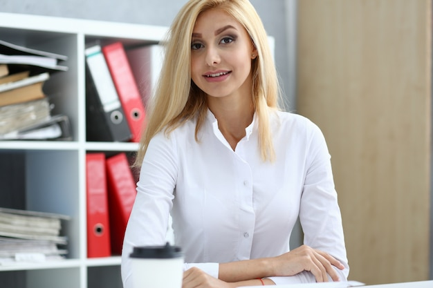 Lachende zakenvrouw portret op de werkplek
