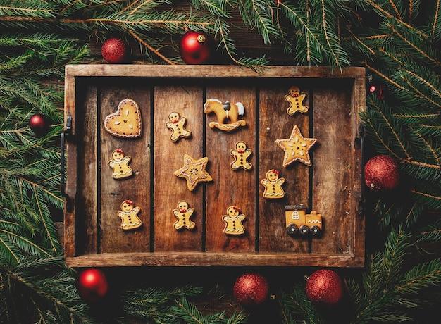 Lade met koekjes naast kerstversiering op een tafel