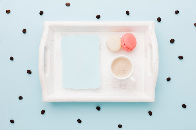 Lade met macarons en koffie