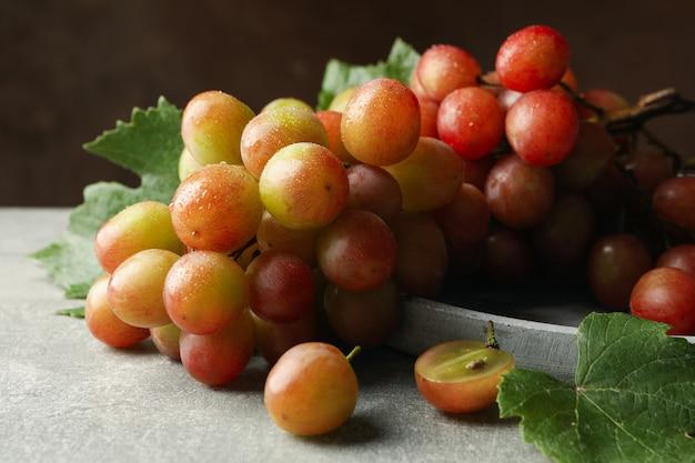 Lade van druivenmost op grijze tafel close-up