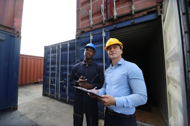 Laden van containerlocaties in logistieke havenmagazijnopslag voor export- en importactiviteiten