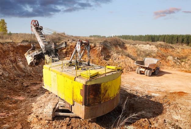 Laden van grond in de steengroeve graafmachine