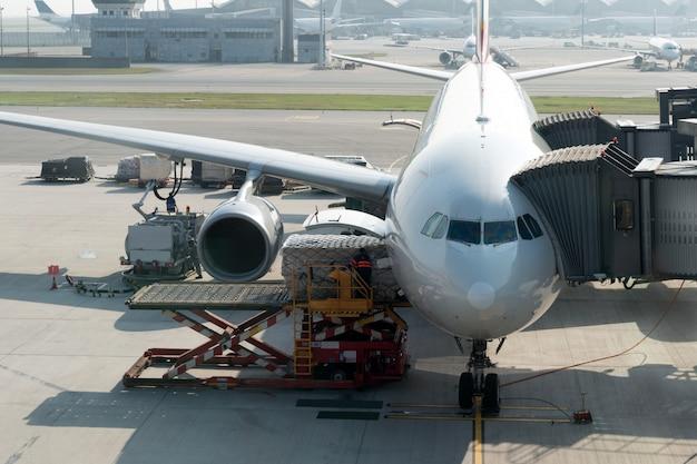 Laden van vracht op het vliegtuig op de luchthaven voor de vlucht.